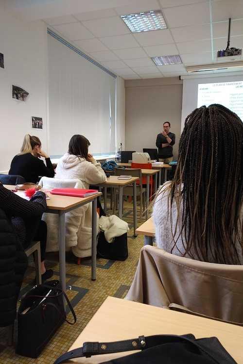 """Une conférence-débat sur le thème """"l''opération de reprise d''entreprise"""" pour les étudiants en BTS Gestion de la PME copiedeimg201812061053550"""