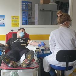 Les étudiants donnent leur sang