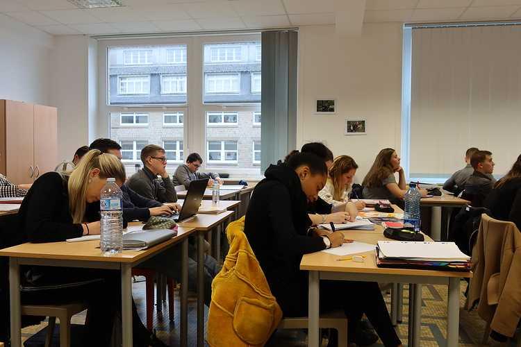 """Une conférence-débat sur le thème """"l''opération de reprise d''entreprise"""" pour les étudiants en BTS Gestion de la PME img0652"""